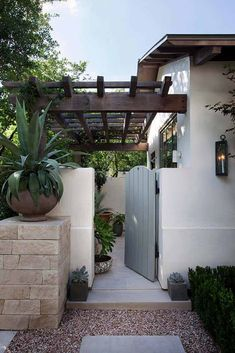 Gorgeous Spanish style home surrounded by woodland sanctuary in Texas landhausstil, Mediterranean Style Homes, Spanish Style Homes, Spanish House, Spanish Bungalow, Modern Exterior Doors, Exterior Colors, Exterior Design, Exterior Siding, Exterior Paint
