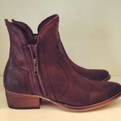 Love these for fall - so great for the weekend or casual Fridays at work! - StyleBlueprint