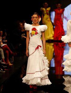 SIMOF 2018: el desfile de Pilar Vera, en fotos / J.M. Serrano / Rocío Ruz Flamenco Costume, Flamenco Dancers, Spanish Dancer, Abaya Fashion, Couture Collection, Marie, Poses, Costumes, How To Wear