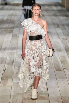 Alexander McQueen Spring 2020 Ready-to-Wear Fashion Show - Vogue Mega Fashion, Fashion 2020, 90s Fashion, Paris Fashion, Runway Fashion, Fashion Outfits, Alexander Mcqueen, Fashion Show Collection, Catwalks