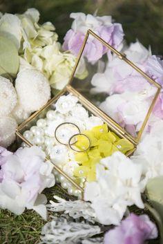 マイクロローズ、ソフトゆめ紫陽花、100均の真珠ネックレスを分解し作成。家にあった大きめなスワロスキーを1粒忍ばせ、あちこちに小さいスワロスキークリスタルも使用。