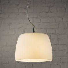 Avec son diffuseur en verre opale blanc et ses finitions chromées polies, cette lampe pendante est conçue pour s'adapter à tant de styles intérieurs; Du contemporain croquant au brut industriel. On s'habille tout seul, mais il serait superbe avec un ou deux compagnons. Nécessite une ampoule E27 de 60 watts. IP20 noté.n nDimensions: Hauteur 18cm, x Diamètre 26cm