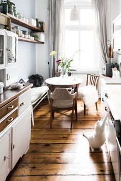 Eat In Kitchen Design Ideas For Home Without Dining Room Scandi-chic dining nook Cozy Kitchen, Eat In Kitchen, Kitchen Decor, Kitchen Ideas, Kitchen Dining, Kitchen Small, Kitchen Wood, Kitchen Flooring, Round Kitchen
