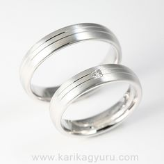 Karikagyűrű Áruház Fehér aranyból készülő karikagyűrű pár. A női gyűrűt 0,06ct G/vs minősítésű princesz csiszolású gyémánt díszíti. Készülhet 14 és 18 karátos fehér vagy sárga aranyból is.  www.karikagyuru.com