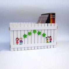 Box na DVD Originální dřevěný dvojitý box na DVD nebo cokoliv jiného, zdobený nalepeným malým plotem. Box je uvnitř natřen barvou vodou ředitelnou, bezpečnou pro děti. Plot je ruční výroba, nestejná výška jednotlivých dřevíček je záměrem. Velikost: 26 x 18 x 14 cm Box, Advent Calendar, Holiday Decor, Home Decor, Snare Drum, Decoration Home, Room Decor, Boxes, Interior Design