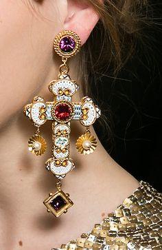 Dolce & Gabbana...................... БЕЗВКУСИЦА ... ..КАК ВОРОНЫ ВСЕ БЛЕСТЯЩЕЕ .. А ГЛАВНОЕ КРЕСТ ГДЕ? .... ПОЗОРНИКИ