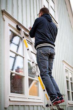 Ekstrands installatör Christian fogar befintliga droppbleck hos kund för att undvika vatteninträngning #Ekstrands #Fönsterbyte #Bytafönster #Installation #Fönsterinstallation #Montage #Fönstermontage #Fönster #Ekstrandsfönster
