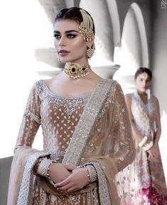 A blend of black & shimmer on the eyes, flawless complexion & subtle pink lips on the stunning Sadaf Kanwal ✨ Nikkah Dress, Shadi Dresses, Pakistani Wedding Outfits, Pakistani Bridal Wear, Pakistan Bride, Bridal Henna Designs, Pakistan Fashion, Elegant Outfit, Lehenga Choli