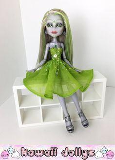 Cette liste est pour une poupée Monster High repeinte. Neomi Sparx a été effectuée en utilisant un Monster High Boo York Elle Eedee poupée. Elle a