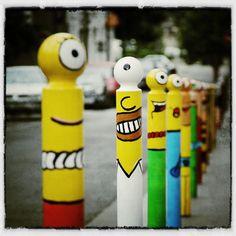 Le CyKlop est un street artiste qui détourne le mobilier urbain et installe ses personnages fantaisiste dans les rues des villes.