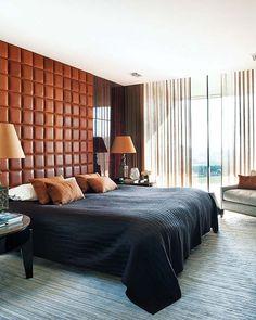 La cama, de Hästens, se apoya sobre una pared revestida con ébano de Macassar en los laterales y un acolchado de cuero que actúa de gran cabecero. Los textiles contribuyen a enriquecer el ambiente, como la alfombra de seda y lana, la colcha de mohair y las cortinas confeccionadas con telas de Sahco.