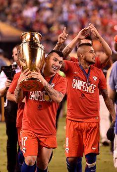Copa Centenario 2016. Gary Medel llevando la Copa América Centenario junto a Arturo Vidal (chilenos) en la premiación en los Estados Unidos de Norteamérica.