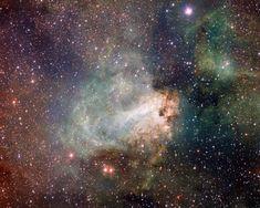 Sternentstehungsregion Messier 17 –  auch bekannt als Omeganebel oder Schwanennebel – wie sie noch nie zuvor zu sehen war. Dieses Gebiet aus Gas, Staub und heißen, jungen Sternen liegt inmitten der Milchstraße im Sternbild Sagittarius (Schütze).