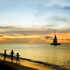 Chegou a hora de nosso #ArubaSunset de cada dia  é impossível deixar de fotografar cada #PorDoSol aqui em #Aruba todos os dias na #OneHappyIsland terminam de forma incrível e indiscritível  . . . . . . . . .  #aruba_br #arubablue #arubabeach #arubalife #arubabonbini #arubaisland #arubatourism #arubaonehappyisland #FelizEmAruba #DescubreAruba #ilovearuba #aftcomunicacao #blogueirorbbv #travel #viagem #ComerDormirViajar #CDVTripAruba #MiDestinoCopa #FlyCopa #caribe #caribbean @copaairlines…