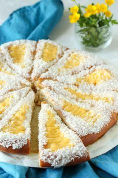 Skolebrødpizza (Fladis) - Krem.no Sweets Cake, Party Cakes, Let Them Eat Cake, Pavlova, Camembert Cheese, Cake Recipes, Nom Nom, Sweet Tooth, Food Porn