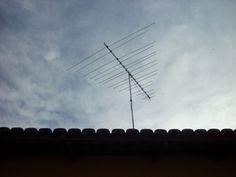 Parabólicas, satélite, canal a cabo???? Que nada! Para regular a sintonia da TV, tinha que subir ao telhado...