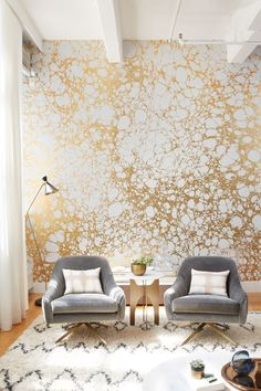 Gold and organic pattern wallpaper! A strong pattern means a strong personality.