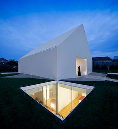 Man kann mit einer Wohnung einen Menschen genau so töten wie mit einer Axt, meinte der deutsche Grafiker Heinrich Zille. Wie wird es wohl den Bewohnern eines Hauses in Portugal ergehen, die höhlengleich in einem fensterlosen Bau leben?