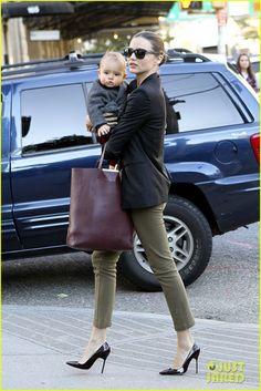 Eu admiro ela, por ter a capacidade de andar com esse salto com uma criança no colo...