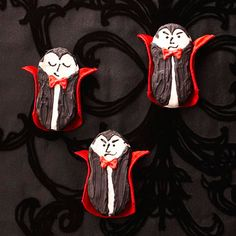 Vampire Cookies: peanut butter cookies dipped in melted white chocolate, allow to dry then pipe on chocolate frosting for faces and vests, red gel for bow ties. Halloween Sweets, Theme Halloween, Halloween Goodies, Halloween Food For Party, Halloween Cupcakes, Easy Halloween, Holidays Halloween, Halloween Crafts, Halloween Decorations