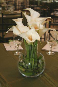 Veja o tutorial e aprenda a fazer um centro de mesa de copo-de-leite como este, do casamento da Ana.