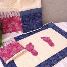"""#Repost @almofadas_patchwork Aqui na """"Almofadas Patchwork"""" cliente é Rei. . Você pede e nós realizamos o seu desejo!  Olha só esse jogo de banho, que luxo!  Toalhas em algodão 100%, toda trabalhada em patchwork com aplicações de renda guippir. Para ver outras fotos deste e outros produtos, acesse nosso site: www.almofadaspatchwork.com.br.  #toalha #toalhas #banho #toalhasdebanho #kitbanho #kitlavabo #toalhasbanho #jogocoordenado #patchwork #almofadaspatchwork #casa #casamento #amor…"""