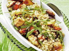 Lämmin juures-ohrasalaatti toimii perunan, riisin tai pastan sijaan lihan kera tai itsekseen ruokaisana salaattina. Pasta Salad, Cobb Salad, Barley Salad, Kung Pao Chicken, Side Dishes, Appetizers, Ethnic Recipes, Koti, Warm