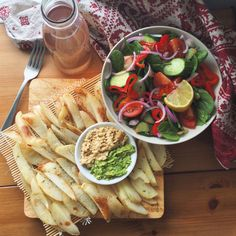 Baked potato chips with avo & hummus to dip in + fresh salad drizzled with lemon and rose hip iced tea Oil free salt free baby #vegan #cutcarbscutlife