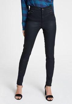 Son yıllarda en çok tercih edilen dar paça pantolon modeli yaşlısı genci herkesin gözdesi haline geldi. Peki dar paça pantolon modelini kimler tercih etmeli, dar paça pantolon kimlere yakışır yazımızda bu konuyu ele aldık.  Aslında dar paça pantolon modeli de diğer pantolon modelleri gibi doğru kombinlendiği zaman herkes ve her vücut tipi için uygun hale getirilebilir. Black Jeans, Pants, Fashion, Trouser Pants, Moda, Fashion Styles, Black Denim Jeans, Women's Pants, Women Pants