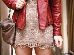 Vestido de crochê e jaqueta de couro vermelha