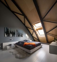 modernes Schlafzimmer - weißer Dielenboden, Anthrazit Farbe, Sperrholzdeckenverkleidung und Stahlträger