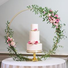 Elevate your cake this year with this gorgeous floral hoop. Thank you @weddingmetalart for making the hoop and the lovely…