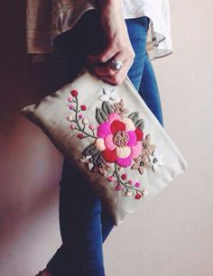 crewel world... More Beautiful Flower, Bordados Artesanales, 738 960 Pixel, Cute Ideas, Ideas Para, Sobre Bordado, 640 832 Pixel, Clutches Bags, Accessories Boho clutch bag Cute idea for embroidered work! Sobre bordado: Sobre bordado beautiful flower stitch