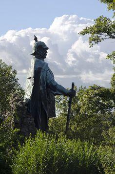 #Ascheffel Otto von Bismarck scheint den traumhaften Blick über den Naturpark zu genießen, sein mächtiges Schwert wie einen Wanderstock vor sich aufgestellt. Doch ursprünglich stand die monumentale Statue an ...
