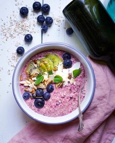 The fastest and easiest breakfast is back, we wanted to make a fresh summer tasting overnight oats breakfast bowl for those hectic mornings where you don't have time to make breakfast. Blueberry Overnight Oats, How To Make Breakfast, Breakfast Bowls, Have Time, Acai Bowl, Smooth, Vegetarian, Fresh, Easy
