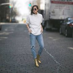 How to Wear Gold Booties (Without Looking Like You're Headed to The Disco, Disco) – Closetful of Clothes Booties Outfit, Fall Fashion Outfits, Work Fashion, Fashion Tips, Fashion Styles, Gq Fashion, Gold Ankle Boots, Danielle Bernstein, Turtleneck Sweatshirt