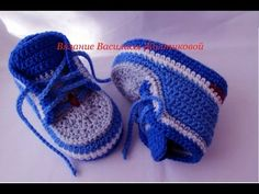 This is a video tutorial on how to crochet baby booties.DIY crochet sneakers tutorial baby booties With English subtitles video Crochet Baby Boots, Booties Crochet, Crochet Baby Clothes, Crochet For Boys, Crochet Shoes, Crochet Slippers, Baby Booties, Hat Crochet, Baby Slippers