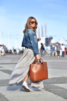 how to wear maxi skirt denim jacket converse allstars - lange rok spijkerjas hoe dragen combineren Maxi Skirt Style, Skirt Outfits, Outfits With Converse, Casual Outfits, White Converse, Looks Jeans, Love Fashion, Womens Fashion, Weekly Outfits