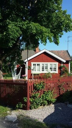 Rött hus med vita knutar