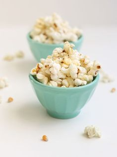 My favorite snack every. Sea Salt Honey popcorn, even better! I usually don't put butter on my popcorn, but this could be a great Friday night splurge. Popcorn Toppings, Popcorn Snacks, Flavored Popcorn, Popcorn Recipes, Snack Recipes, Popcorn Stand, Popcorn Bowl, Homemade Popcorn, Pop Popcorn