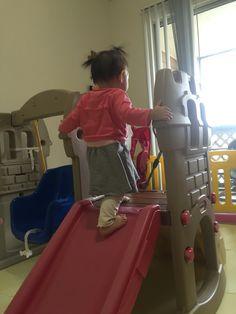 309일째(2.9)- 이젠 내려달라고 조르지 않는다. 혼자 올라가서 놀다가 몸을 뒤로 돌려 미끄럼틀을 타고 내려오거나 계단 쪽으로 내려간다.
