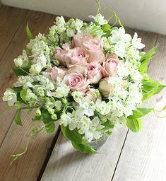 白いデルフィニュームとピンクバラのビダマイヤーブーケの作り方|うきうき花レシピ