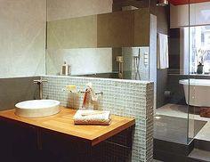 Un cuarto de baño actual en tonos grises