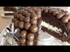 You'll love this Malteser Cake Recipe Easy Video Tutorial that shows you how to make this very popular and incredibly delicious dessert. Easy Cake Recipes, Gourmet Recipes, Sweet Recipes, Desert Recipes, Maltesers Chocolate, Chocolate Cake, Malteser Cake, Bean Cakes, Chocolate Festival