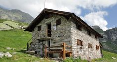 RIFUGIO MASSERO - Si trova a 1635 m. nella valle di Carcoforo il villaggio ideale d'Italia Airone 1994. Questo tipico rifugio alpino, di proprietà del Parco Naturale Alta Valsesia, è stato ristrutturato nel 1980 e successivamente ampliato nel 2004.