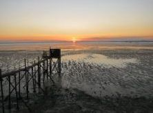 Coucher de soleil sur la Baie de l'Aiguillon La Baie de l'Aiguillon donnant sur la façade Atlantique Coucher de soleil sur la Baie de l'AiguillonPorte d'entrée du Marais poitevin, la baie de l'Aiguillon, classée réserve naturelle, s'étend sur 5 000 hectares. C'est un lieu magique où les ambiances et les lumières évoluent au gré des marées et des conditions météorologiques. Lieu de rencontre entre eaux douces et salées, la baie offre un paysage rythmé par les marées et les saisons.