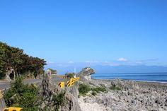 天氣晴朗時,在厚石群礁一帶,可看見中央山脈南端的大武山脈。