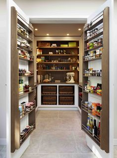 Ein fabelhafter begehbarer Vorratsschrank wurde entworfen, um alles von … A fabulous walk-in pantry cupboard has been designed to store everything from small appliances to spices - Own Kitchen Pantry