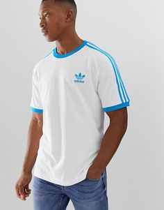 adidas Originals california t-shirt in white Blue at ASOS. Shop this season's must haves with multiple delivery and return options (Ts&Cs apply). Sweat Shirt, Sweat Adidas, Adidas Originals Gazelle, Short Gris, Polo Noir, Adidas Retro, Basket Noir, Baskets En Cuir, Moda Masculina