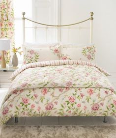 I love this bed. I love bedspreads like that.